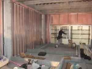 2階の外壁部の断熱ウレタン吹き付け内側に壁下地を取付けています。