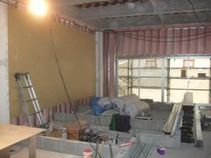 外壁面側の内壁に軽量鉄骨下地が出来ている部分よりボードを貼り始めました。